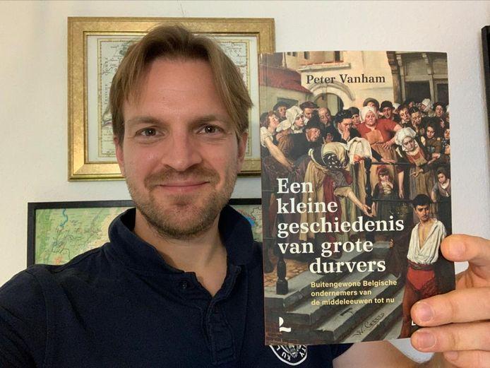 De Lierse expat Peter Vanham met zijn boek 'Een kleine geschiedenis van grote durvers'.