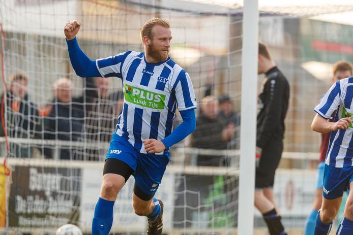 Dennis van der Veen juicht na zijn doelpunt tegen DIO Oosterwolde.