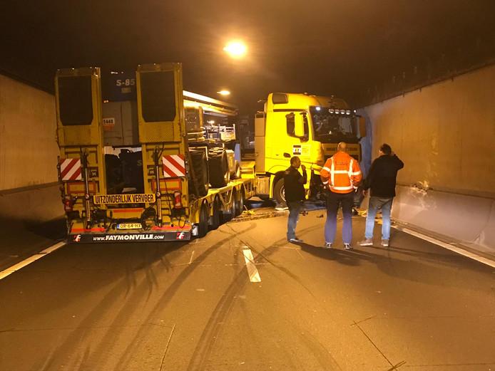 De vrachtwagen blokkeert de rechter tunnelbuis.