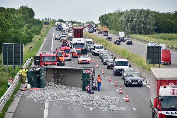 De lading kasseistenen kwam over de hele breedte van de rijweg terecht, nadat een vrachtwagen een klapband had op de E403 in Moorsele. Er werd snel één rijstrook vrijgemaakt om wat verkeer mogelijk te maken.