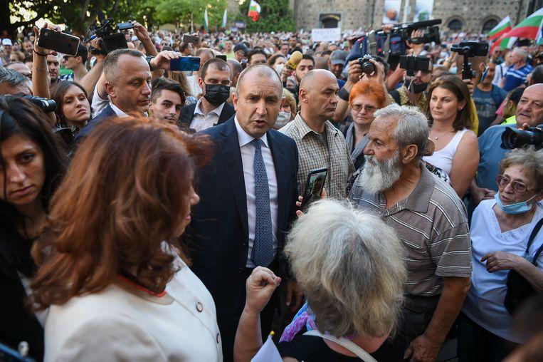 President Rumen Radev (midden) van Bulgarije te midden van aanhangers tijdens een demonstratie tegen de regering van premier Borissov in Sofia donderdag.  Beeld AFP