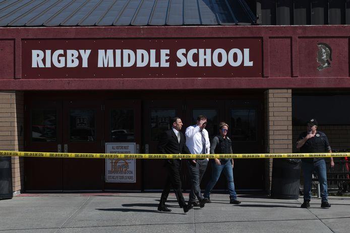 Lokale agenten verlaten de school na de schietpartij.