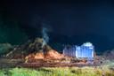Brandweer uren bezig met brandend hooi in Eindhoven.