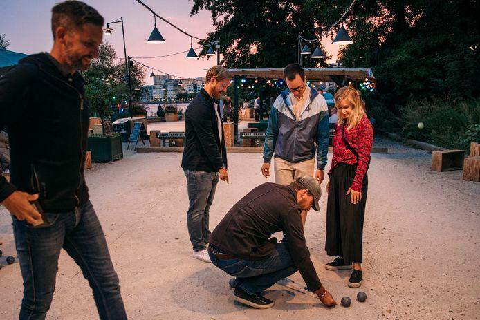 Wat vrienden spelen jeu de boules in de wijk Södermalm.