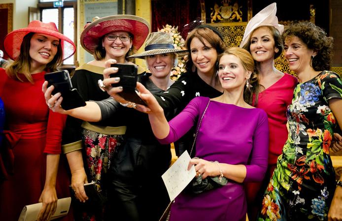 Kamerleden maken selfies in de Ridderzaal