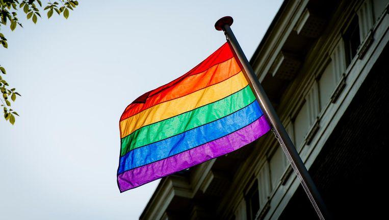 De regenboogvlag wappert ter gelegenheid van de Pride aan de ambtswoning van de Amsterdamse burgemeester. Beeld anp