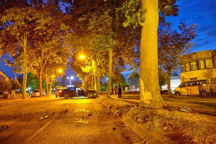 22 augustus: een auto knalt op een boom op de Lange Bunder.