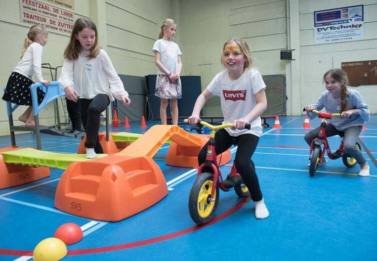 De kinderen konden zich uitleven in een sporthal vol speelgelegenheden.