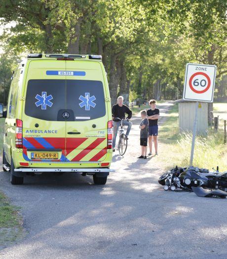 Motorrijder gewond bij aanrijding met trekker in Hellendoorn