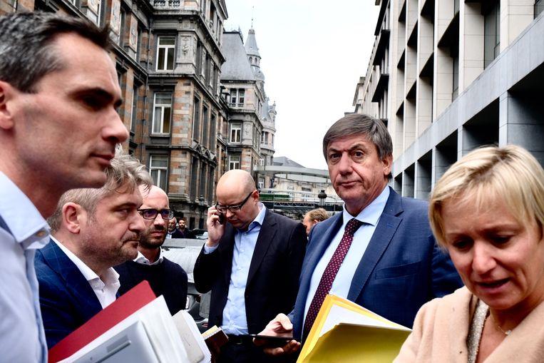 Vlaams minister-president Jan Jambon na de evacuatie.  Beeld Tim Dirven