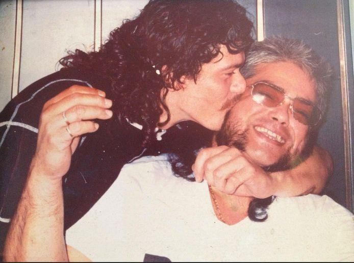 Hans Schonewille (rechts) in 1996 met zijn zoon Marcel Schonewille in De Klikspaan in Leiden, zijn bar dancing in die tijd.