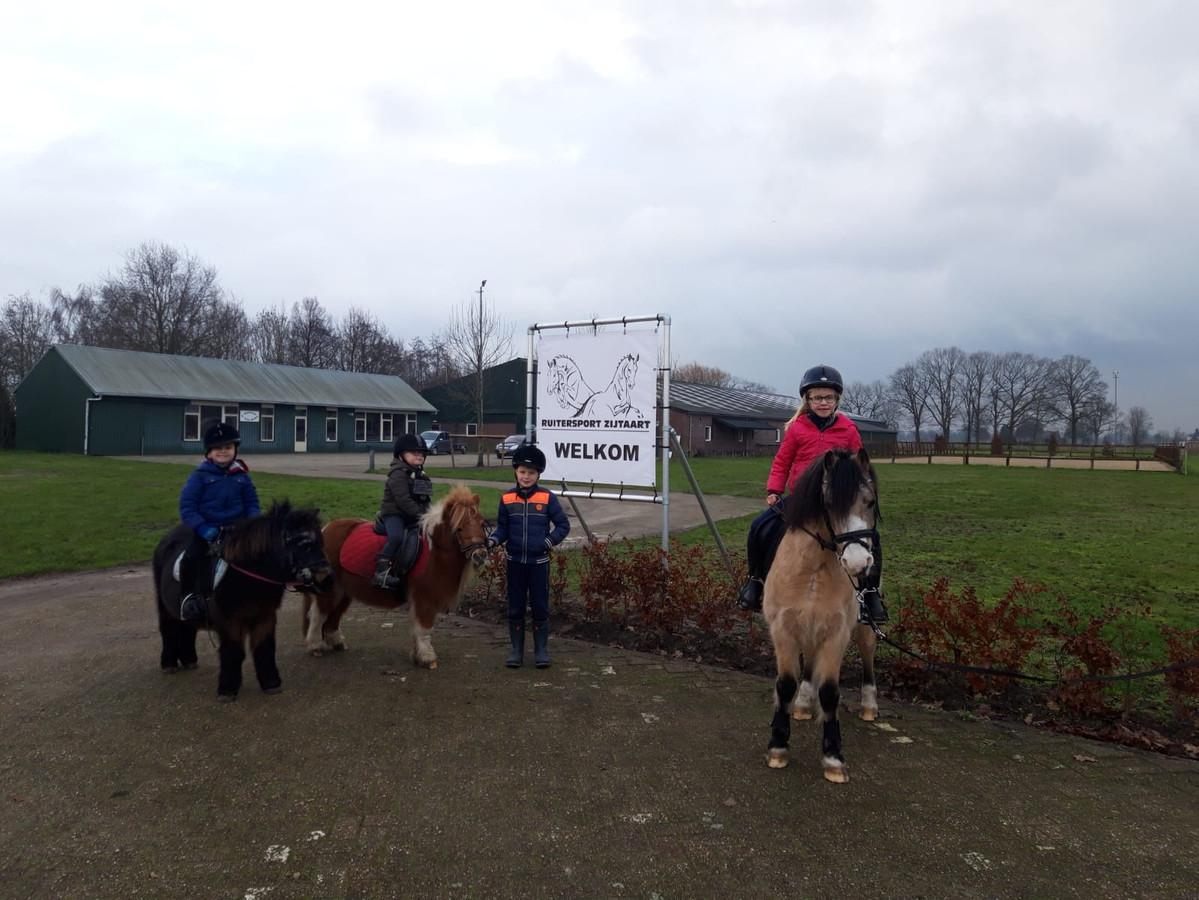 Enkele leden de ponyclub in Zijtaart op het clubterrein aan de Leinserondweg.