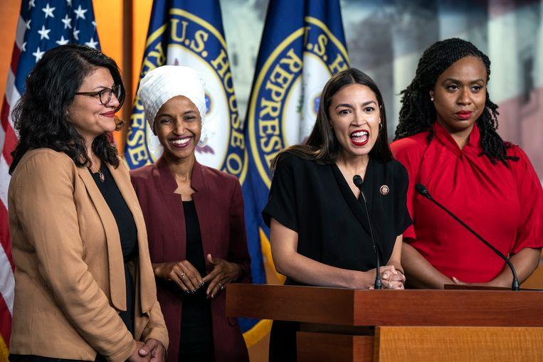 Rashida Tlaib, Ilhan Omar, Alexandria Ocasio-Cortez en Ayanna Pressley (v.l.n.r.) spreken maandag in Washington over de Twitter-aanvallen van president Trump. Beeld EPA