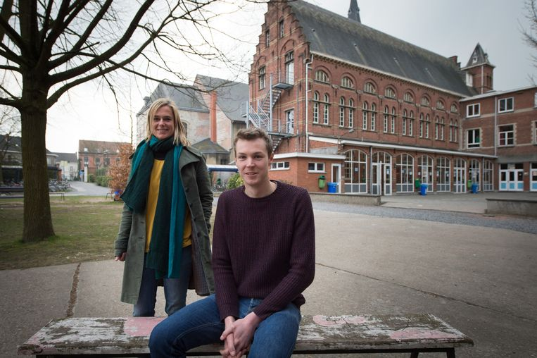 Adjunct-directeur secundair Dagmar Janssens en facilitair medewerker Dries Op de Beeck.
