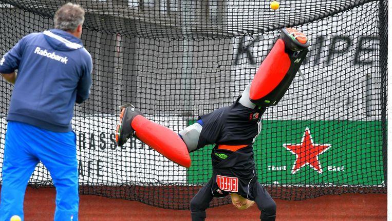 De ballen vliegen keepster Anne Veenendaal om de oren tijdens de training Beeld Henk Seppen