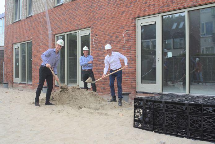 Tjerron Boxem (Hoogheemraadschap Delfland, links) en Jan Willem Schild (Woonbron, rechts) pakken zelf de schop om de water-infiltratiekratten op hun plek te brengen.
