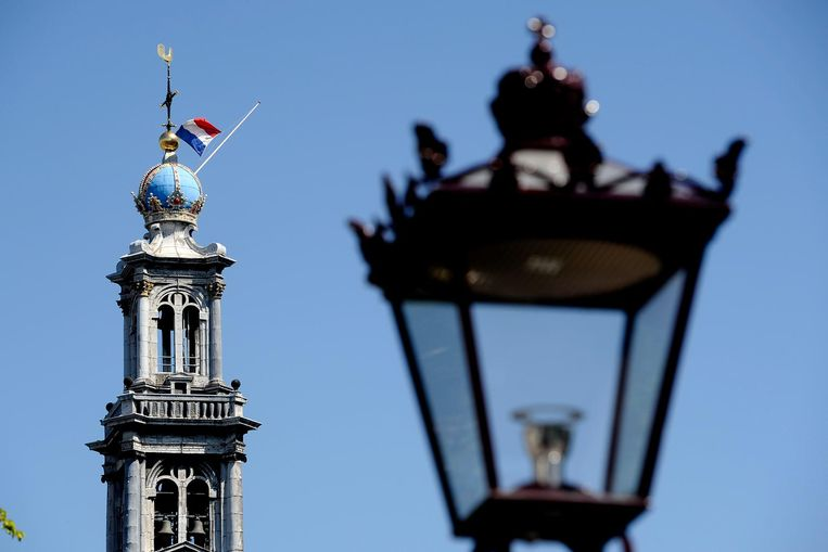 De vlag op de Westertoren hangt halfstok. Beeld ANP