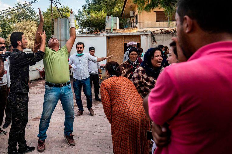 Er zou vrijdag hevig geschoten zijn bij de grensstad Ras al-Ain, waar op dit moment nog Koerdische strijders aanwezig zijn. Vijf strijders en een aantal burgers zouden zijn gedood door een Turkse luchtaanval.  Beeld AFP