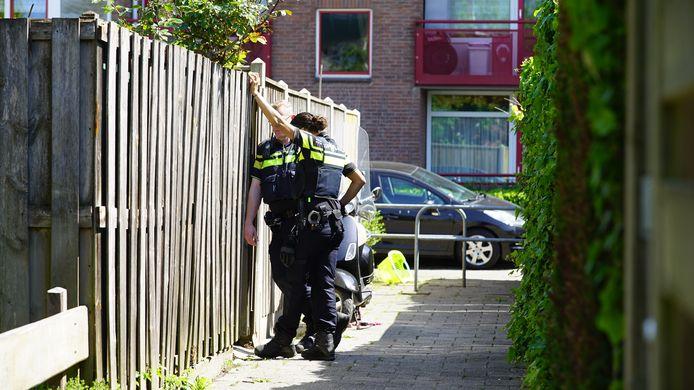Agenten staan bij de tuin van de man waar zijn tijdelijke kapsalon geopend was.