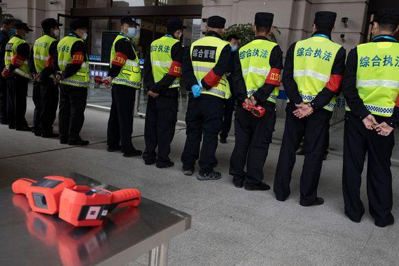 De security is in groten getale aanwezig bij het station van Wuhan.