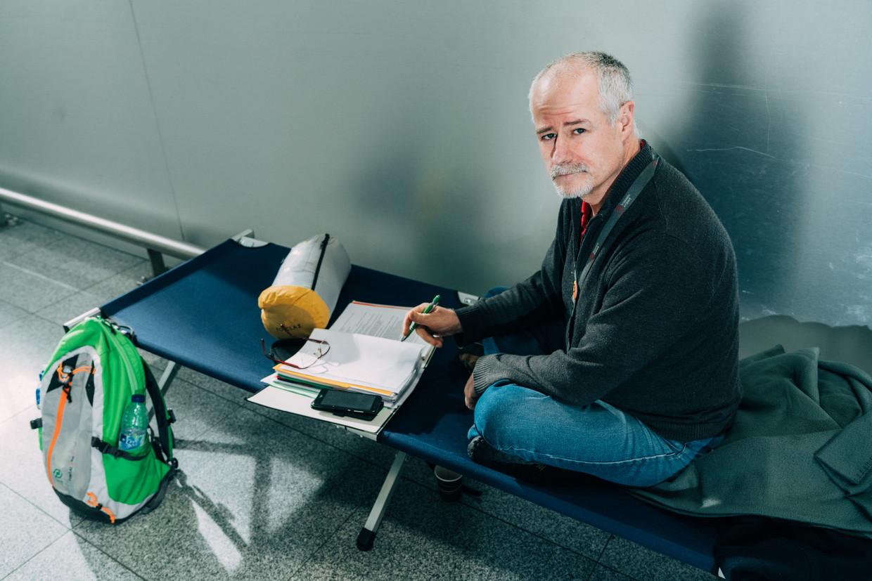 Philippe Vandenberghe, IT'er op Brussels Airport, is sinds vorige week dinsdag in hongerstaking in de vertrekhal. 'Men hanteert bij de verzekeringsmaatschappijen het DDD-principe: Denie and Delay until they Die.' Beeld Illias Teirlinck