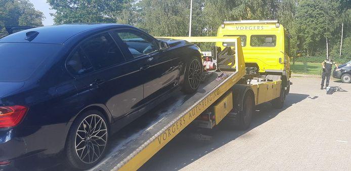 De in beslag genomen auto tijdens de verkeerscontrole in Enschede.