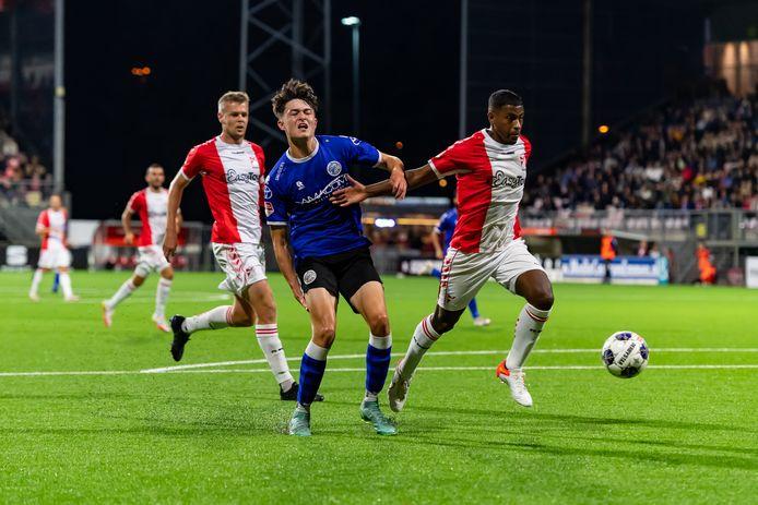 Ryan Leijten grijpt naar zijn hamstring. Het was meteen einde wedstrijd voor de middenvelder van FC Den Bosch.