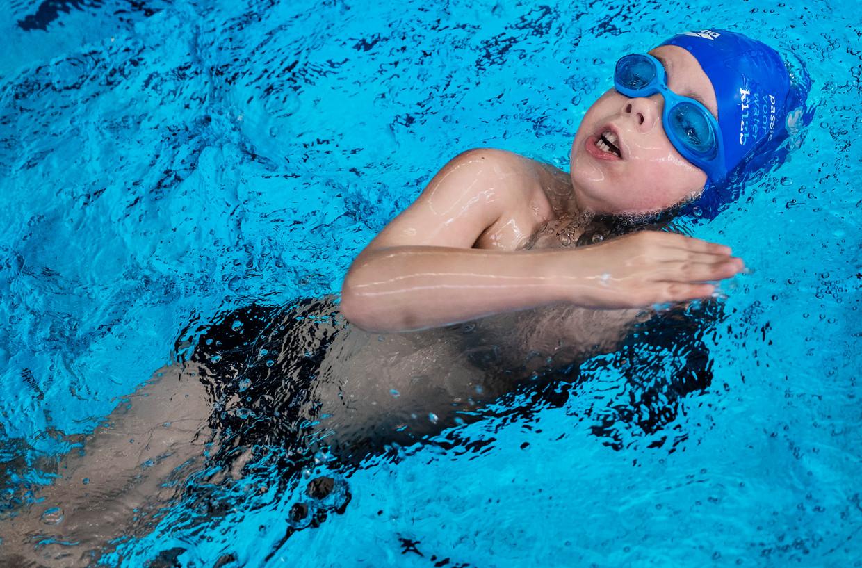 Benjamim Westerhoven zit op zwemles in het Boerhaavebad in Haarlem.