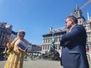 Officiële stadsgids Sonja Mollet gidst in bijzijn van schepen van Toerisme Koen Kennis (N-VA) voor de allereerste keer een groep op de nieuwe tour '800 jaar Antwerpen'.