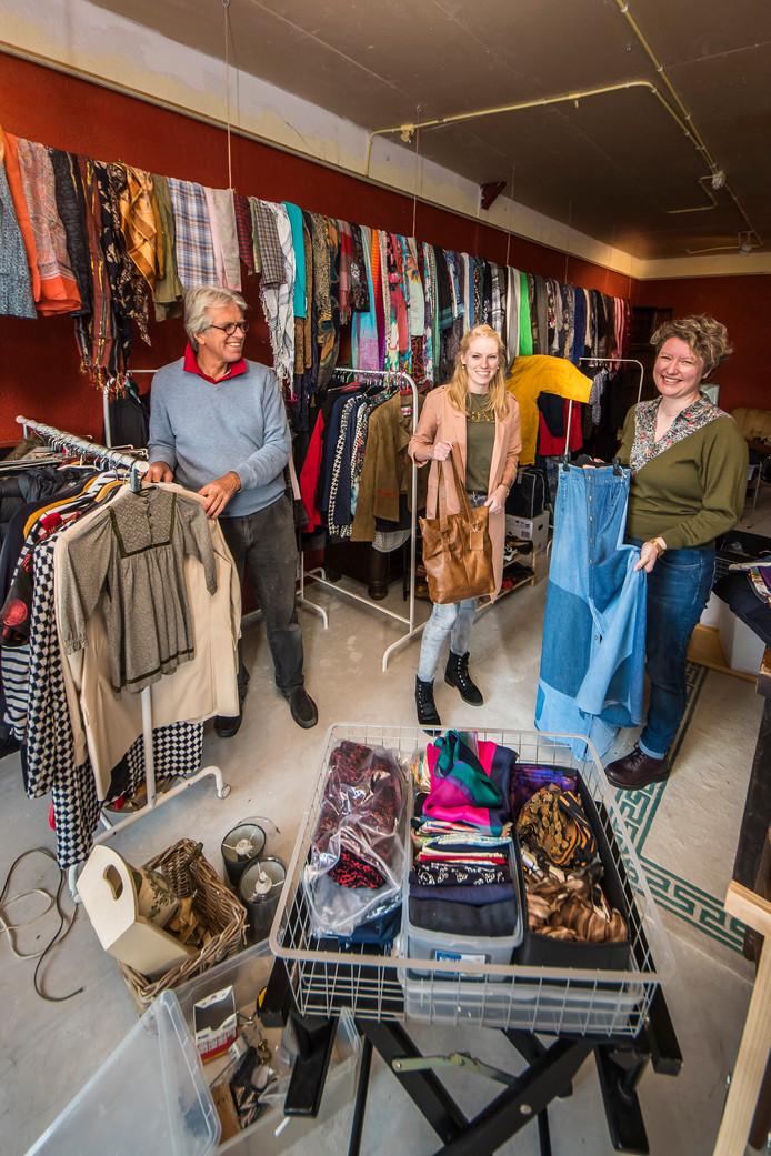 Theodor van der Velde opent zaterdag zijn pop-upstore Depressions, waar hij de kleding van zijn overleden vrouw Diane verkoopt. Jolien Roesthuis en Jasmijn Miltenburg (rechts) exposeren in de winkel met hun eigen ontwerpen.