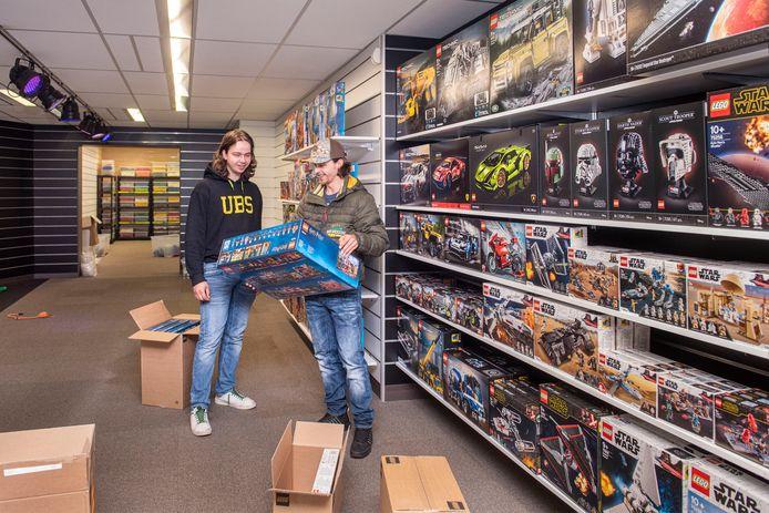 De broertjes Tim (links) en Steven van Unnik bouwen hun voorraad op in een nieuwe Legowinkel aan de Keiweg in Oosterhout. Met een kamer voor losse blokken en sets in alle prijsklassen.