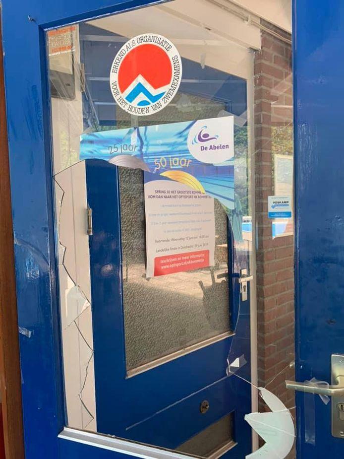 Vernielde deur bij zwembad De Abelen.