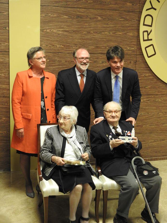Marian Slowinski en zijn vrouw Jozéfa. Achter het Poolse paar staan wethouder Marianne de Bie en burgemeester Paul Depla van Breda, met tussen hen in de Nederlandse ambassadeur in Warschau, Ron van Dartel.