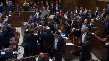 VIDEO: Protesterende politici hardhandig uit Knesset gezet tijdens speech Pence