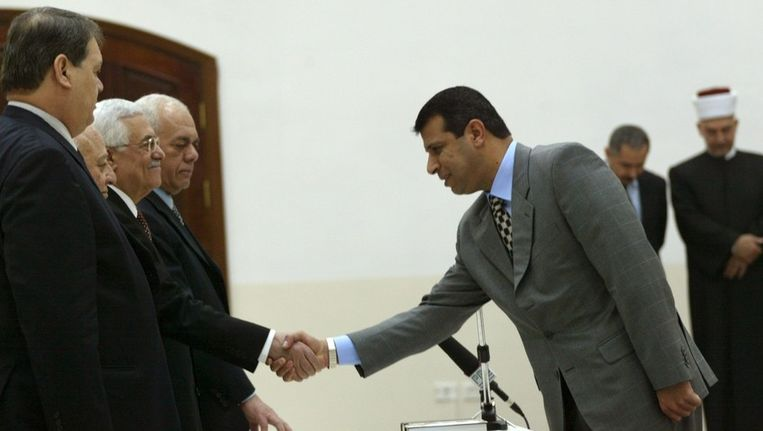 De politie doorzocht het huis van oud-topman van Fatah Mohammed Dahlan (rechts). Beeld UNKNOWN