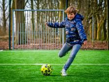 Tom (9) klimt in de pen en krijgt van burgemeester waar hij van droomde: voetbalplezier tijdens lockdown