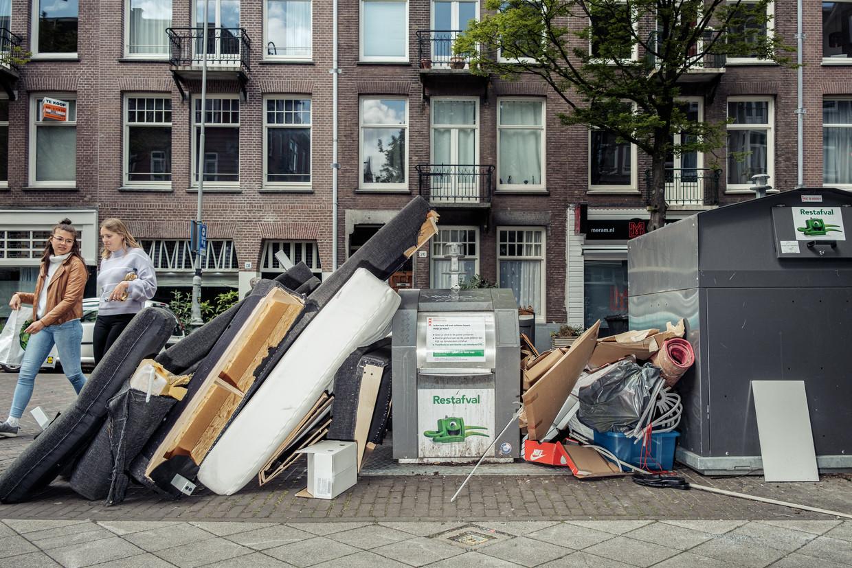 Grofvuil en afval naast de bakken op de Pretoriusstraat in Oost. Beeld Jakob Van Vliet