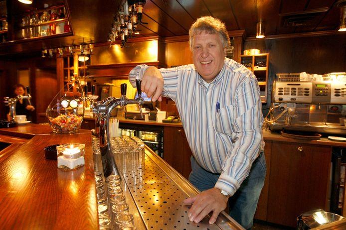 Willie Welten achter de bar van het Stadspaviljoen.