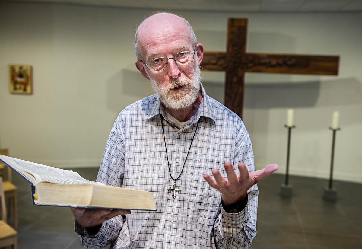 Pastoor Theo Koster is zelf homoseksueel, maar heeft toch gekozen voor een leven als kloosterling in de Katholieke Kerk.