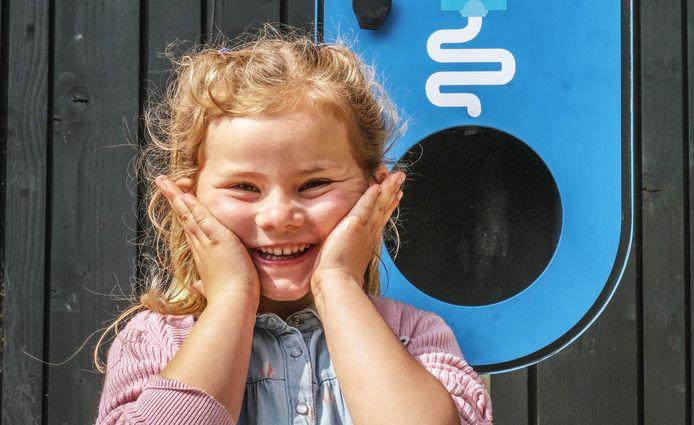 Lucie Lefevre (5) vindt het wel fijn, zo'n SMOT-spot. Smeren maar!
