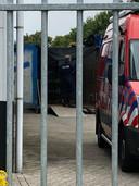 Politie en instanties halen het drugslab in Breda leeg.