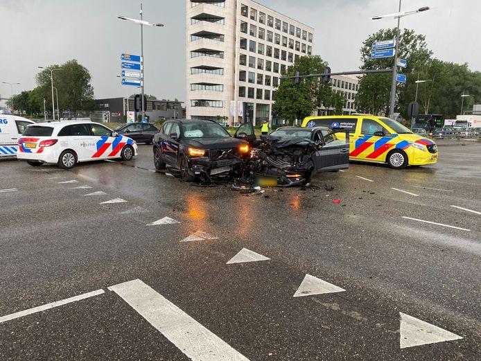 Een aanrijding op de kruising van de Amstellaan en de Snipperlingsdijk in Deventer zorgt dinsdagmiddag voor flinke verkeershinder.