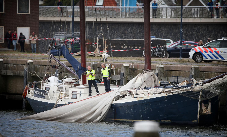 Politie tijdens het onderzoek op het zeiljacht in de haven van Harlingen.
