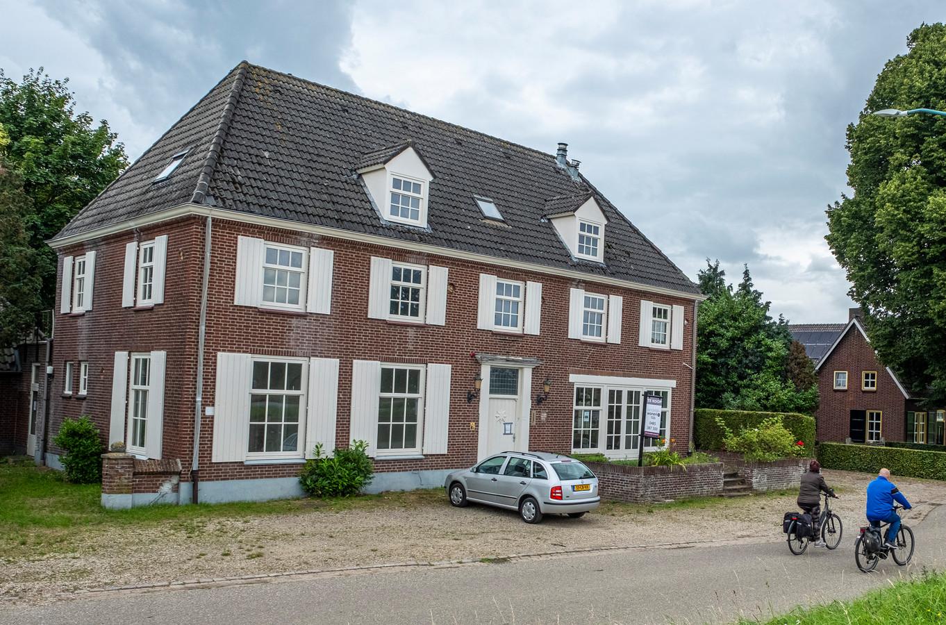 Het voormalige pand in Katwijk (NBR) aan de Everdineweerd waar arbeidsmigranten gehuisvest waren staat nu te koop.