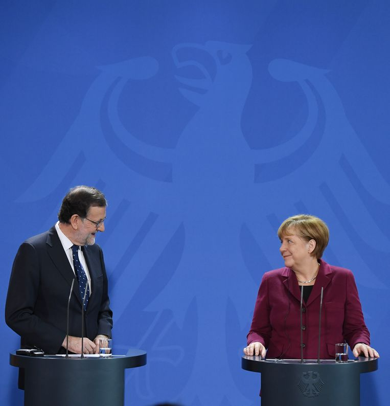 Duits bondskanselier Angela Merkel, haar CDU, de EVP en bij uitbreiding Europa kiezen de kant van Spaans premier Mariano Rajoy (l). En dat zal niet veranderen. Beeld BELGAIMAGE
