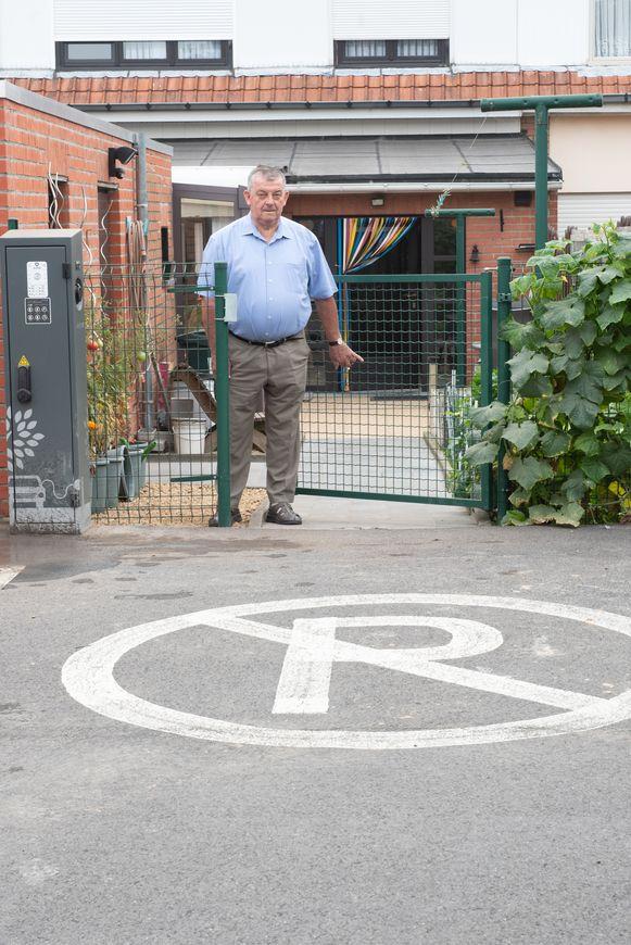 """Albert Melkebeke kan binnenkort zijn hek niet meer gebruken: op de plaats waar het nu verboden te parkeren is, installeert de gemeente een oplaadpaal voor elektrische auto's. """"Pure pesterijen"""", foetert André"""