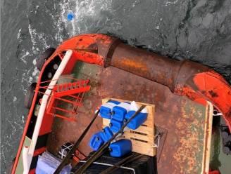 """Reddingsdienst waarschuwt voor blauwe jerrycans die kunnen aanspoelen op stranden: """"Open ze in geen geval"""""""