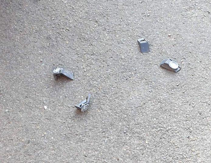 Naast de auto bleven deze kleine brokstukjes van de aanrijder liggen