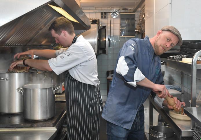 Souschef Damy Schreiner (links) en eigenaar en chef-kok Dennis Willems.