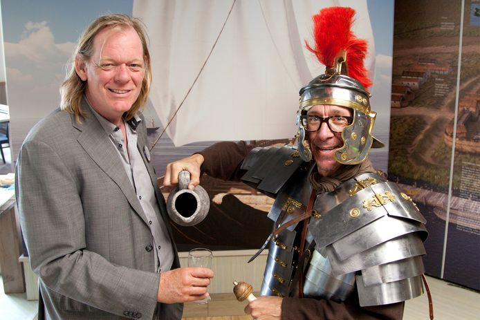 Archeoloog Tom Hazenberg krijgt een drankje van een Romein